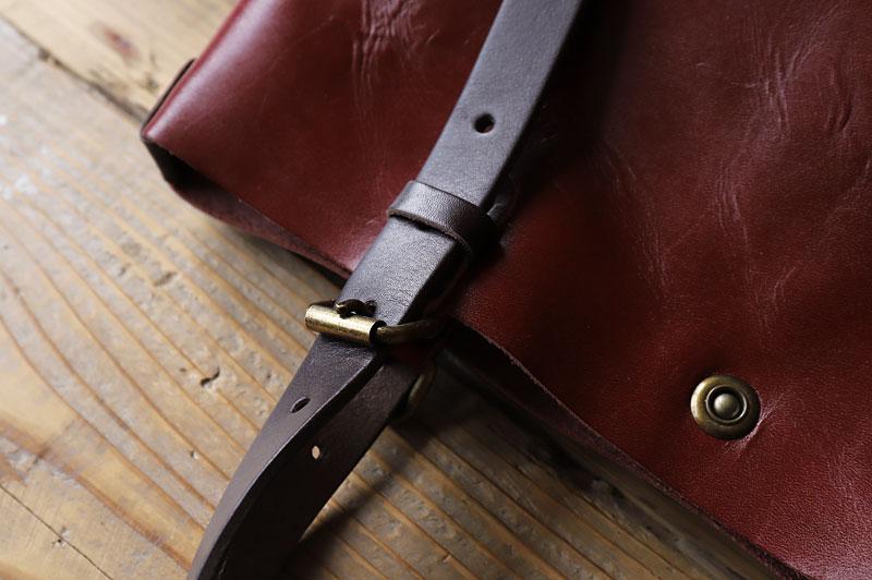 金具から革ベルトを抜く