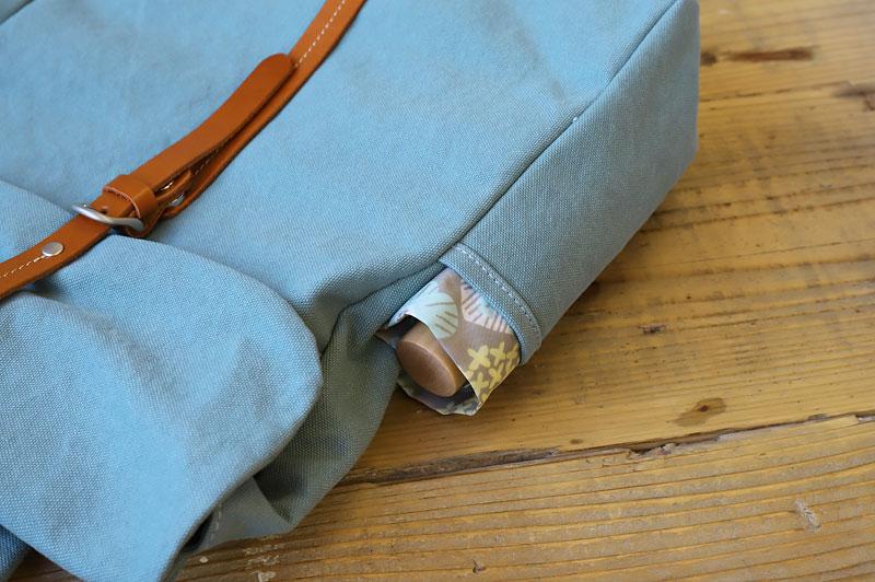 折りたたみ傘をサイドポケットに収納した帆布リュック