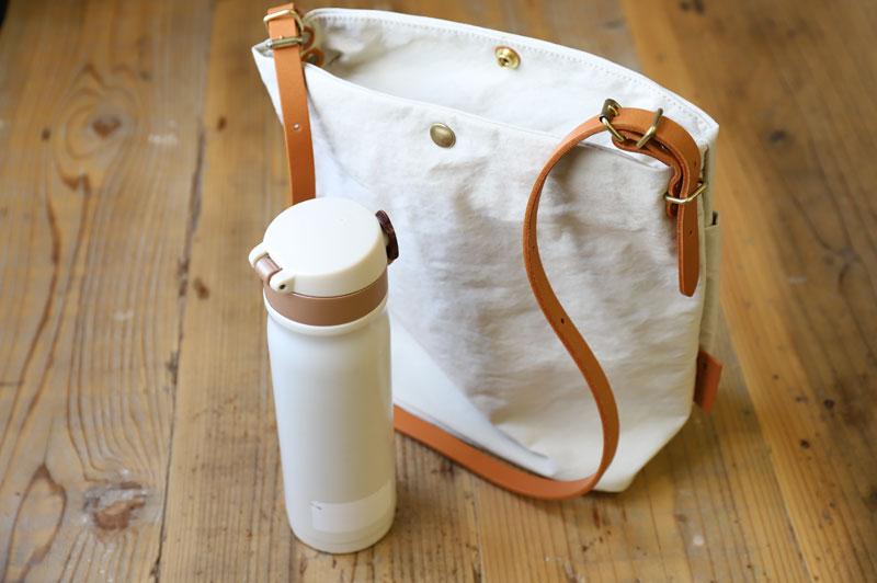 水筒とショルダーバッグ